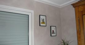 Décoration d'une salle et d'un salon par la réalisation d'une peinture décorative et d'un enduit à la chaux